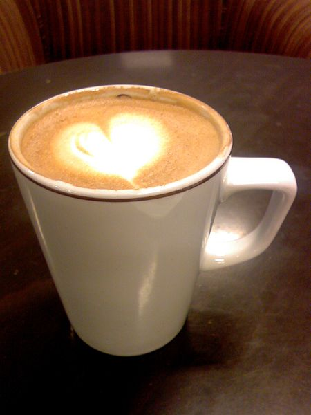Latte Art Heart (Nevit Dilman / Wikimedia Commons)