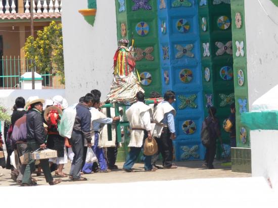 Tzotzil-Prozession auf dem Weg in die Pfarrkirche San Juan (Wikimedia Commons)