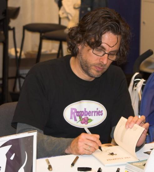 Michael Chabon, hier noch friedlich beim Signieren. (Wikimedia Commons)