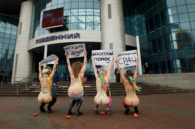 """""""Mooning""""-Aktion der ukrainischen FEMEN (Wikimedia Commons)"""