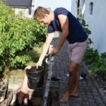 Tomas Kjellman und ein Freund bei der Bergung des Aals (via thelocal.se)