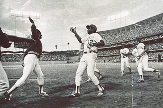 Glenn Burke und Dusty Baker, Augenblicke vor dem ersten High five (via sidelinepass.com)