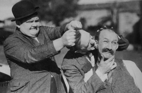 Die Herren Laurel, Hardy und Finlayson bei einer kleinen Meinungsverschiedenheit (via looserthanloose.com)