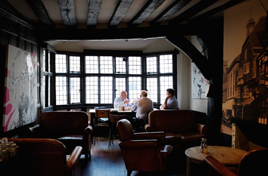 Ein Stammtisch in einem englischen Teehaus.