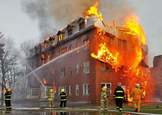 Großbrand in einem verlassenen Kloster in Massueville, Quebec, Canada. (Wikimedia Commons)