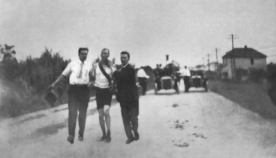 Thomas J. Hicks beim Marathon 1904 (wikimedia commons)