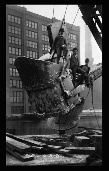 Techniker auf einer Schaufel  1899 (via 99pi.org)