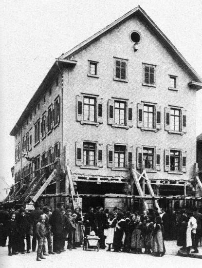 Das Gasthaus Hirsch kurz vor dem Einsturz (Wikimedia Commons).