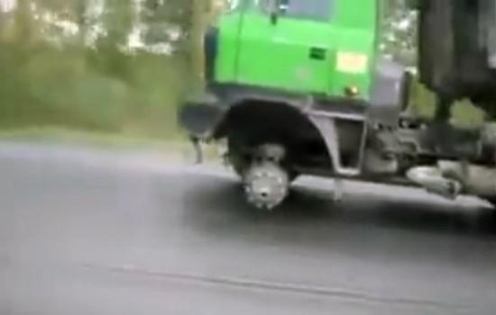 20150609_diary410_dashcam-truck-one-wheel-missing
