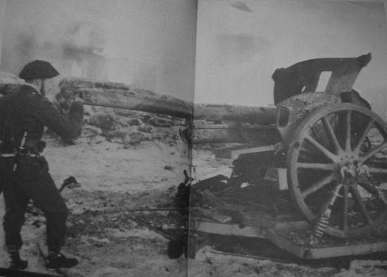 Mad Jack starrt in eine eroberte belgische 75mm Feldkanone. (Wikimedia Commons)