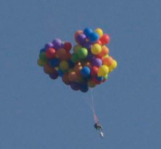 Daniel Boria beim Cluster Ballooning (via popularmechanics.com)
