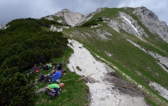 Wegmacher-Pause am Weg zum Mittagskogel / Haller Mauern