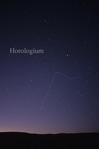 """De Lacailles Sternbild """"Pendeluhr""""/ """"Horologium"""" (wikimedia commons / Till Credner)"""
