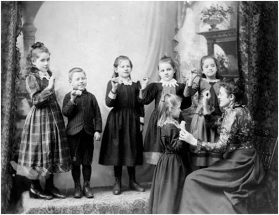 Kinder beim Lernen der Martha's Vineyard Sign Language (via top10.raag.fm)
