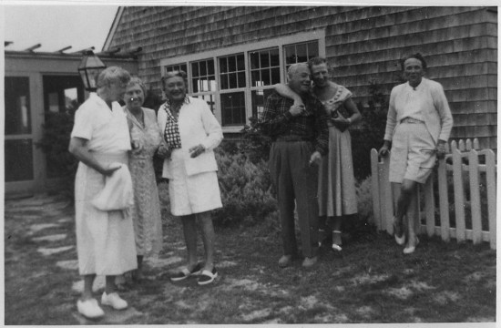 Eleanor Roosevelt and Helen Keller in Marthas Vineyard (wikimedia commons)