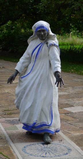 Mutter Teresa Statue vor der Karlauer Kirche in Graz (geschaffen 2010 von Ulrich Mertel )