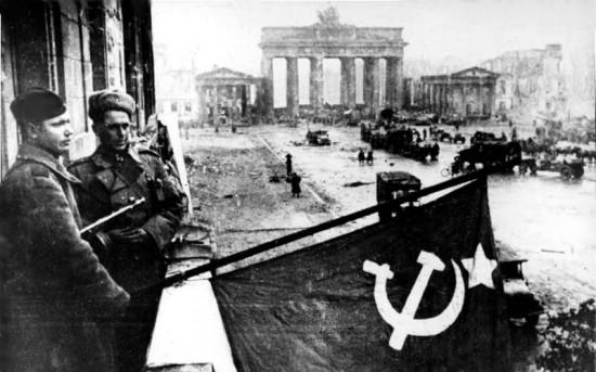 Sowjetische Soldaten im Mai 1945 vor dem Brandenburger Tor nach dem Ende der Kämpfe in Berlin (Wikimedia Commons)