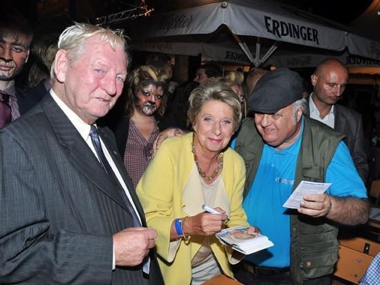 Ursula Stenzel bemüht sich derweilen ihrerseits, HC Strache zum Ende der Geschichte zu verhelfen: Die Volkstribunin wurde auf Wählerhatz umrundet von Löwen gesichtet! (Bild: Facebook Ursula Stenzel)