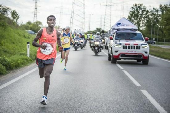 Der äthiopische Läufer Lemawork Ketema wurde beim Vienna Night Run von der grünen Spitzenkandidatin Maria Vassilakou verfolgt. (Bild: wingsforlifeworldrun.com)