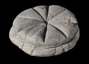 Das 1930 geborgene Brot von 79 AD. Der Vesuv scheint ihm die spezielle Note gegen zu haben. © Soprintendenza Speciale per i Beni Archeologici di Napoli e Pompei