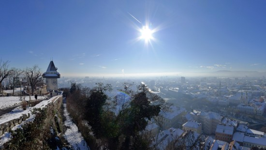 Leichte Inversionswetterlage im Grazer Becken; Schlossberg schaut raus