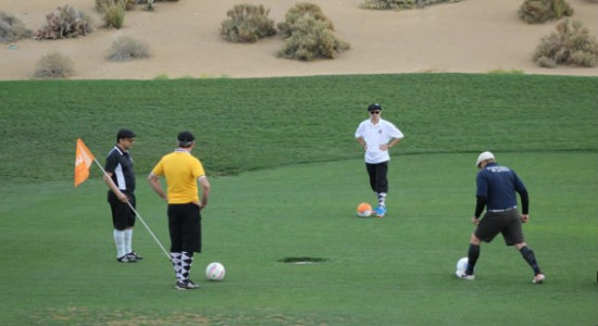 Putting-Situation beim Footgolf (Wikimedia Commons)