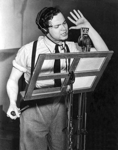 Orson Welles während der Produktion von War of the Worlds (via openculture.com)