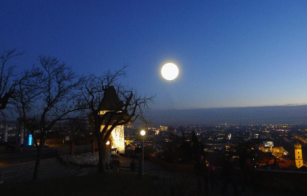 Vollmond über dem Grazer Uhrturm