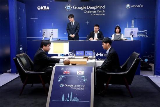 Links Aja Huang (als menschliche Verlängerung von AlphaGo), und rechts Lee Sedol, 9. Dan