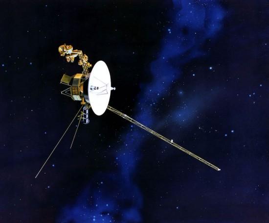 Künstlerische Darstellung der Voyager-Sonde im All (Wikimedia Commons)