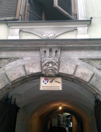 Traurig dreinschauende Fratze über einem Grazer Hauseingang