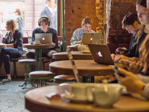Nach der Arbeit wird im Kaffee weiter gemacht (via coffeeshopcoder.com)