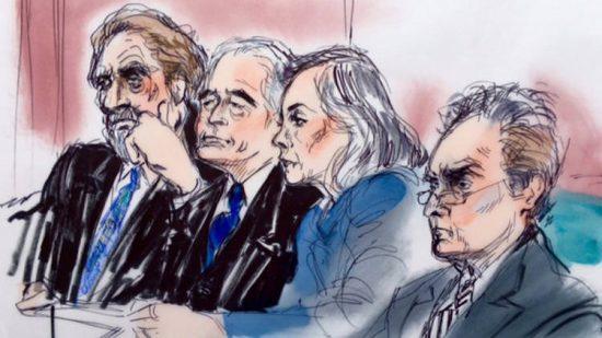 Von links: Led Zeppelin Sänger Robert Plant und Gitarrist Jimmy Page im Gericht mit ihren Verteidigern Helene Freeman und Peter Anderson. (© Mona Shafer Edwards via latimes.com)