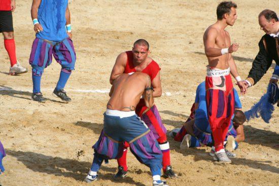 Spielszene aus dem Calcio storico 2008 (wikimedia commons)