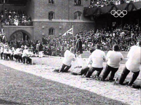 Großbritannien besiegt Schweden im Seilziehen bei den Olympischen Spielen 1912 in Stockholm (Videostill via Youtube)