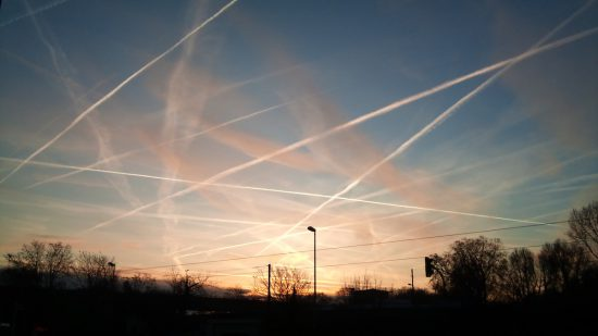 Chemtrails am Himmel über Frankfurt am Main? (via Wikimedia Commons)