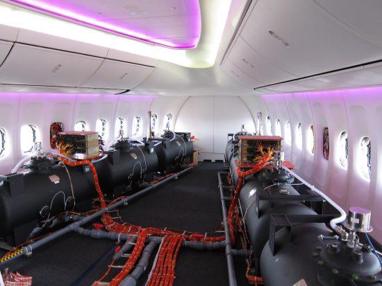 Mit Dihydrogenmonoxid (DHMO) gefüllte Ballasttanks in einem 747-8I-Prototyp während eines Versuchsflugs. Solche Bilder werden gerne als Beweis für die Chemikalienzugabe angesehen (via Wikimedia Commons)