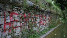 """Graffiti """"Heimat halt's Maul"""" an der Mauer zum Burggarten"""