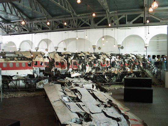 Flugzeugtrümmer von Flug 870 (wikimedia commons)