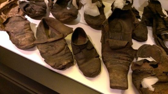 "Geborgene, ""verborgene Schuhe"" aus East Anglia (Edmund Patrick / wikimedia commons)"