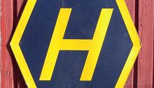 Ein H-Schild um daran zu erinnern auf welcher Straßenseite man fährt. (via Wikimedia Commons)