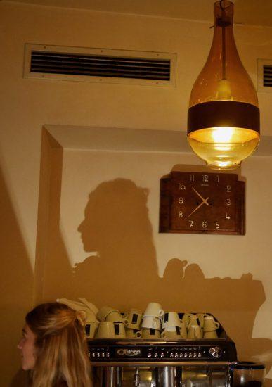 Sarahs Schatten im Cafe Ritter (Graz)