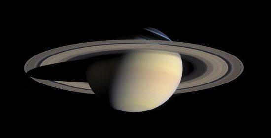 Saturn mit seinen Ringen, aufgenommen von der Raumsonde Cassini (wikimedia commons)