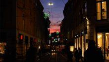 Weihnachtlicher Sonnenuntergang in der Grazer Murgasse, zwischen himmlischem Farbenspiel und Leuchtreklame