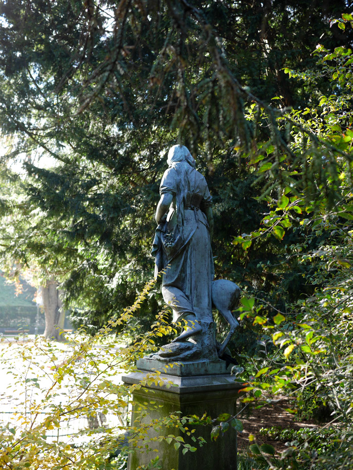 Statuen von hinten