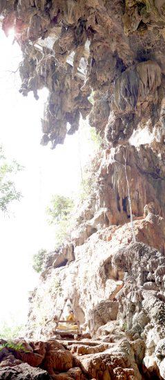 Das Eine, Buddhastatue in einem Höhlenportal in Myanmar