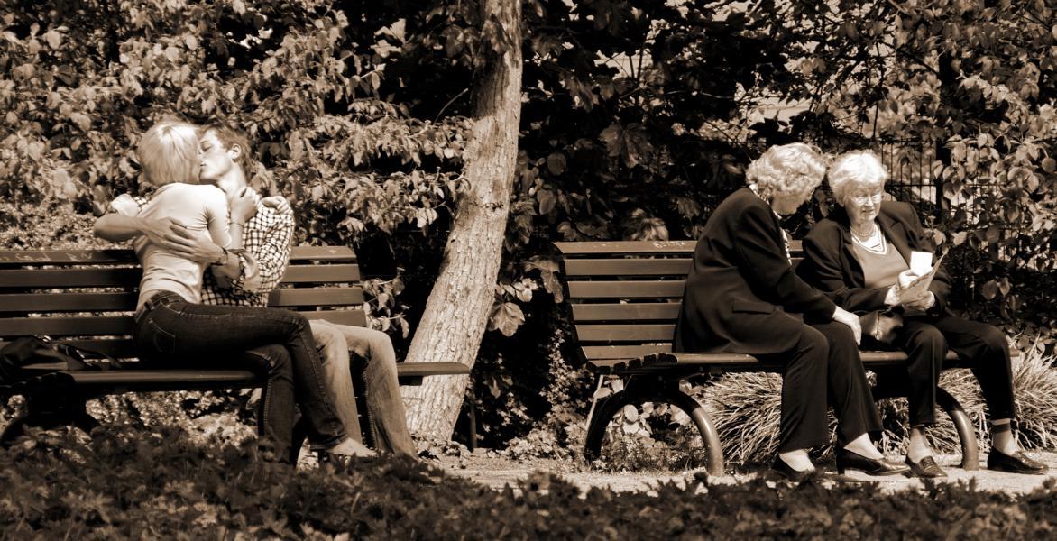 Junge Paare auf Bänken