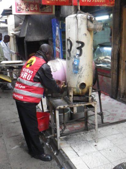 Haendewaschen am Boiler in Kenia