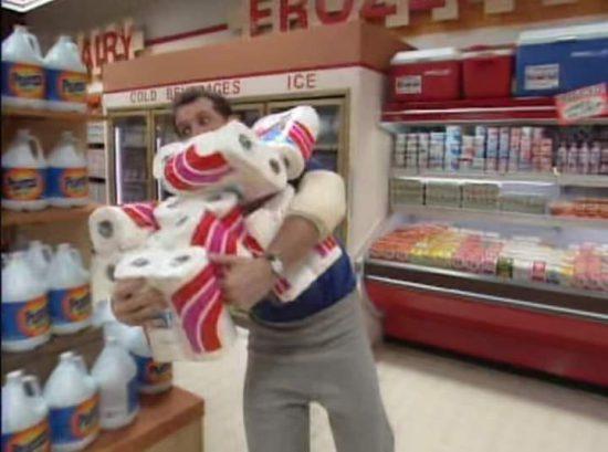 Al Bundy mit Klopapier beim Hamstern im Supermarkt