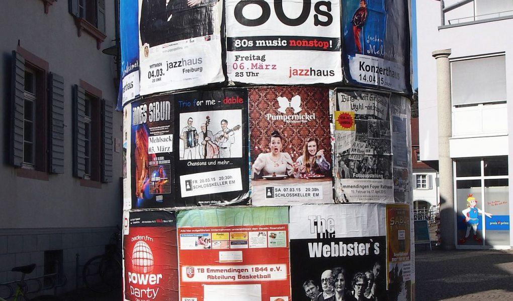 Litfaßsäule mit Plakaten